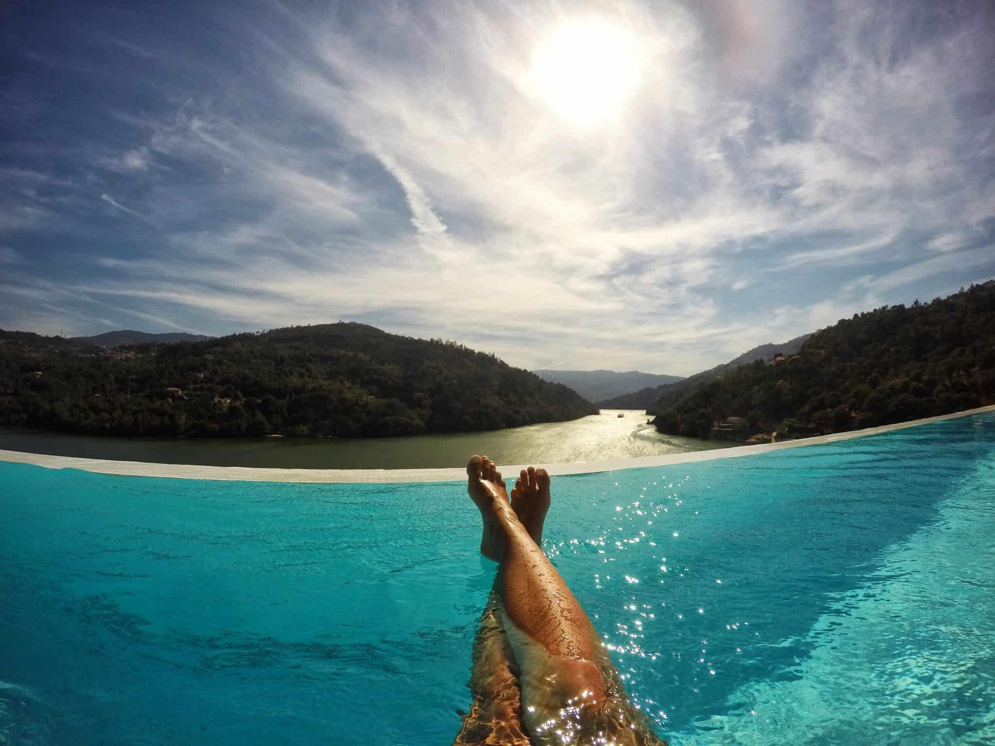Piscina de borda infinita no Douro Royal Valley Hotel