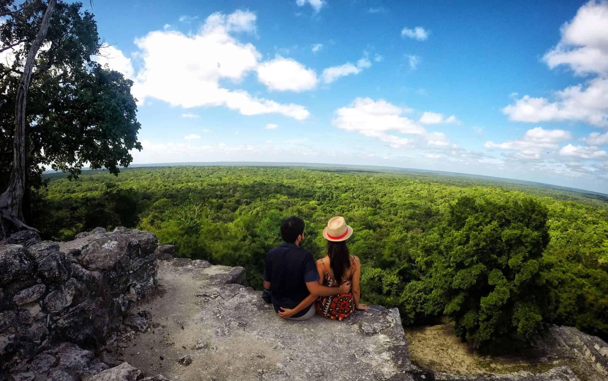 No topo da maior pirâmide do Yucatán em Calakmul